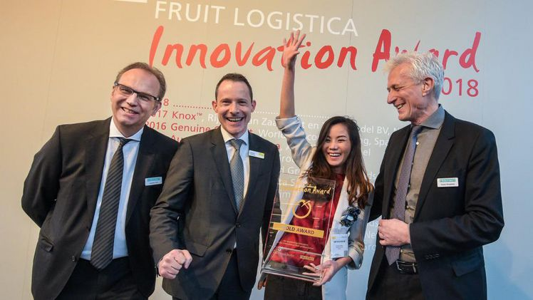 FRUIT LOGISTICA INNOVATION AWARD 2018 - Gold Award: Pook Coconut Chips - PookSpaFoods Kaasten Reh, Geschäftsbereichsleiter Events + Awards, Fruitnet Media International; Wilfried Wollbold, Global Brand Manager, FRUIT LOGISTICA; Kanokporn Holtsch, PookSpaFoods; Robert Broadfoot, Geschäftsführer, Fruitnet Media International (v.l.n.r.). Bild: FRUIT LOGISTICA.