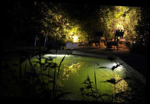 Lichtleiste illuminiert Schwimmteich |